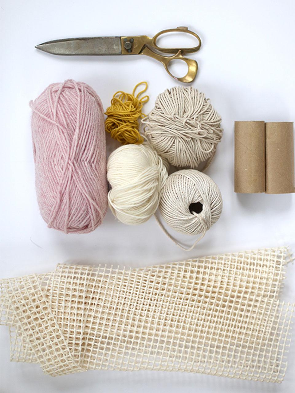 7 s per ideas para hacer pompones de lana para decorar for Lana especial para alfombras