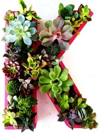 Centros de mesa con letras y flores