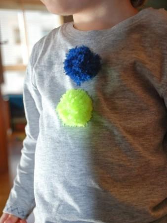 ropa con pompones para niños