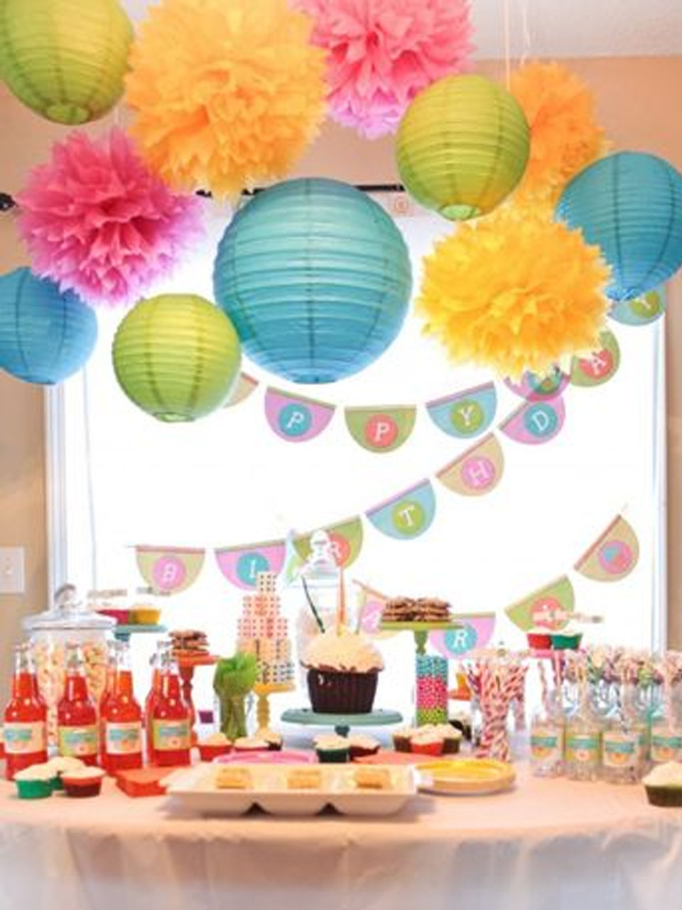12 manualidades con pompones para fiestas for Decoracion salon infantil