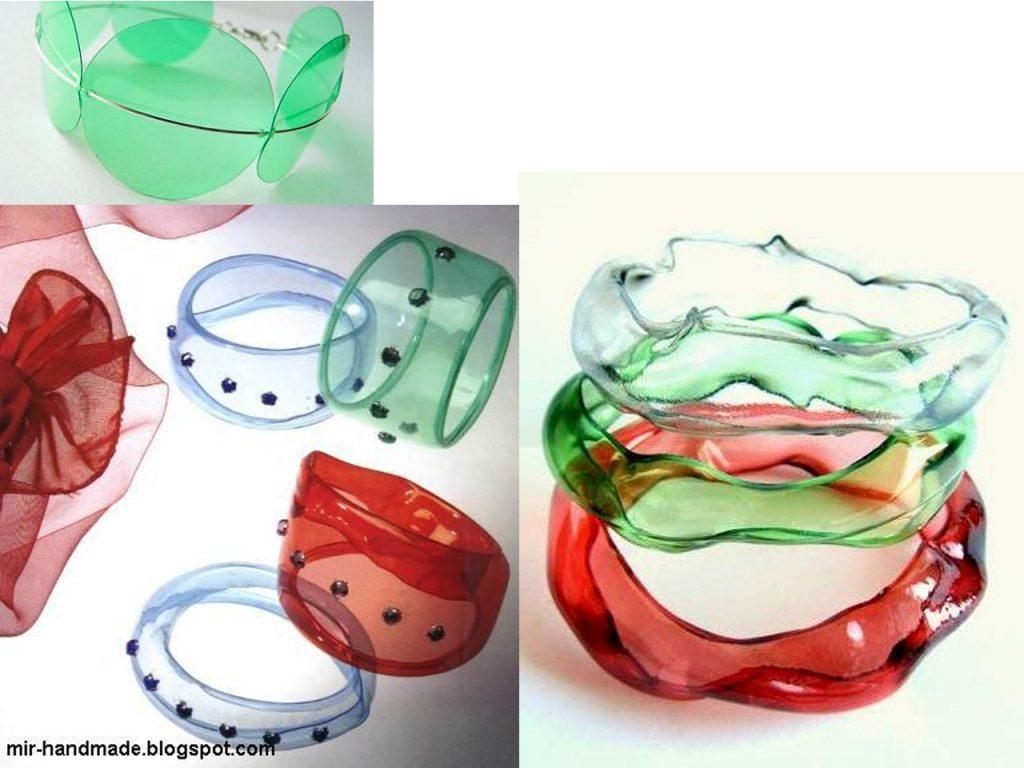 joyas de colores hechas con botellas de plástico