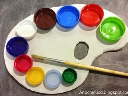 paleta de pintor con tapones de plástico