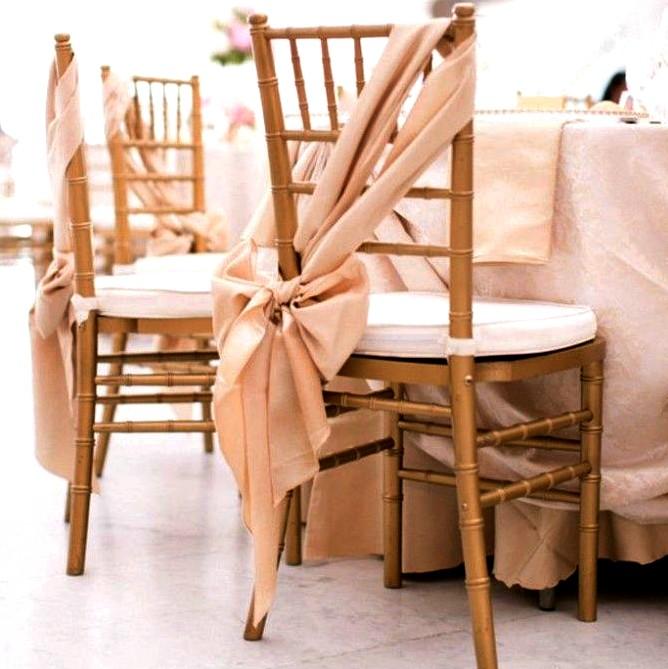 9 sillas decoradas de navidad que te inspirar n for Sillas para novios en la iglesia