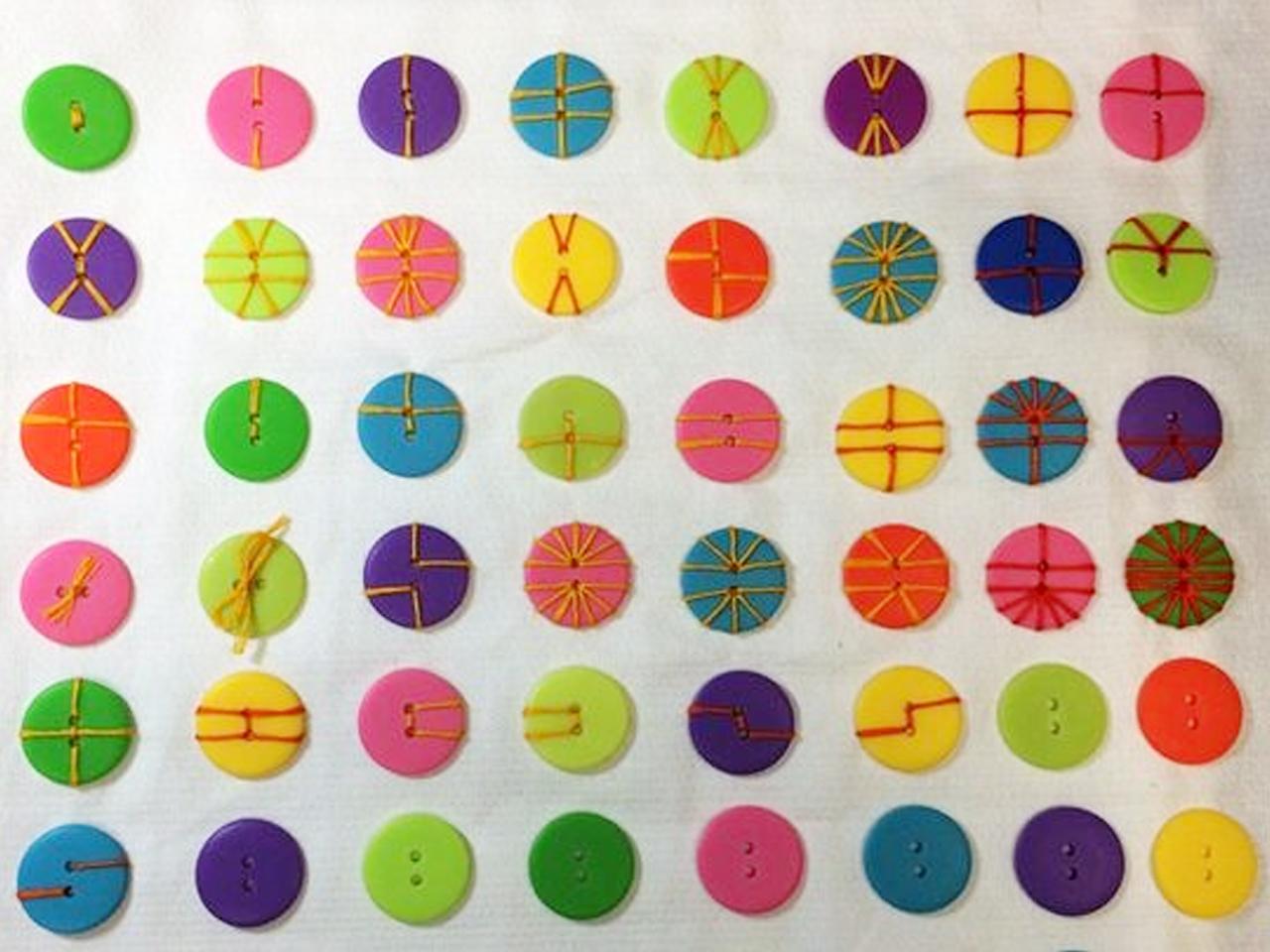 Más de 150 manualidades con botones de colores!