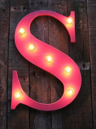 Cómo decorar letras con rótulos luminosos