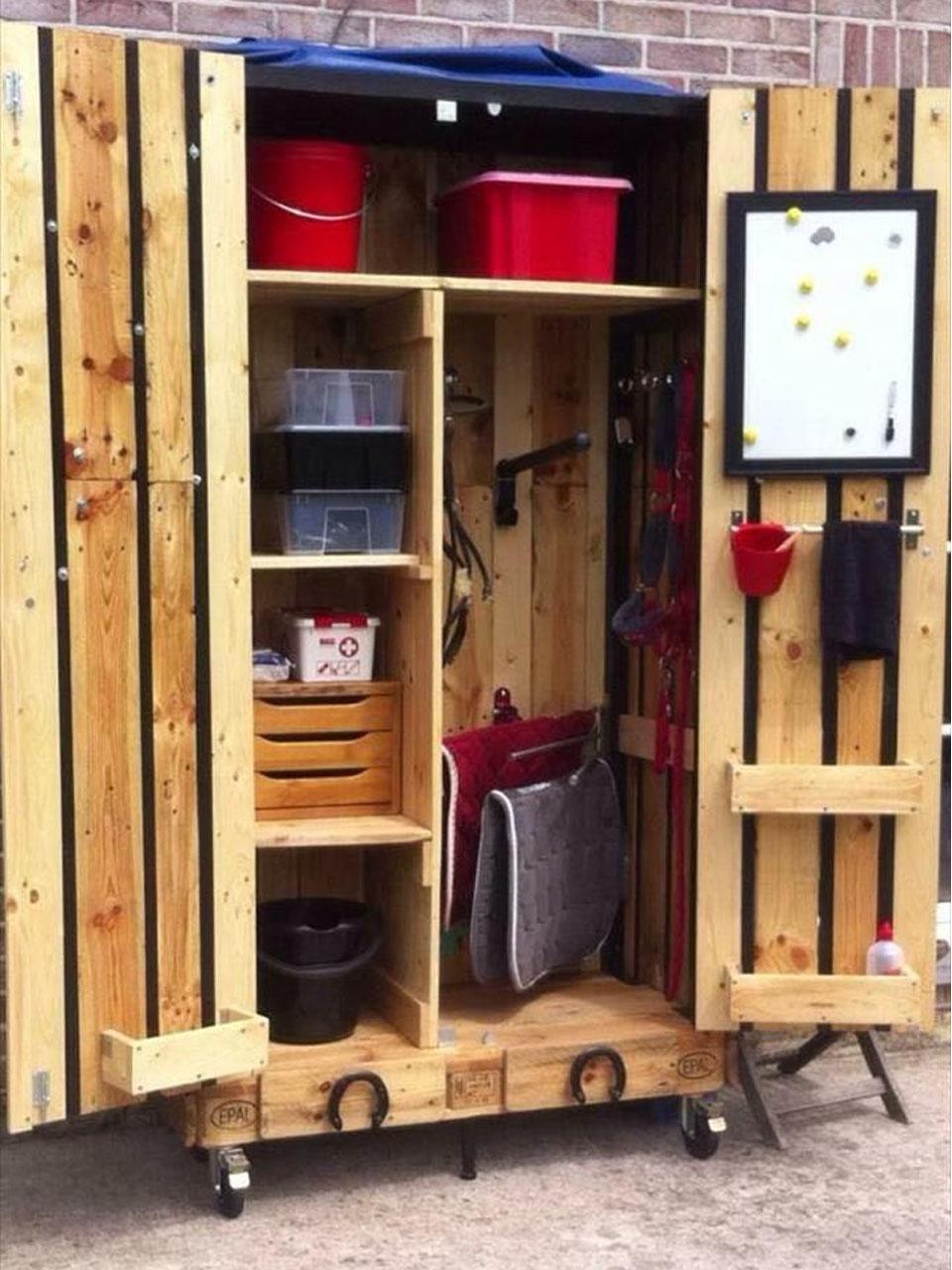 Ideas para la decoraci n de jardines con palets - Mueble para herramientas ...