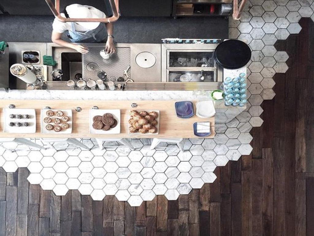 Diseño y funcionalidad, cocinas con suelos combinados para facilitar el limpiado
